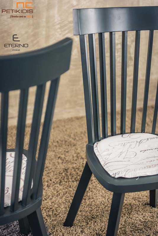Καρέκλα Albero με ξεχωριστό σχεδιασμό στην πλάτη. Είναι κατασκευασμένη από ξύλο και όλη βαμένη με λάκα ματ. Στο κάθισμα διαθέτει μαξιλάρι με ύφασμα σε vintage ύφος. Λεπτομέρεια.