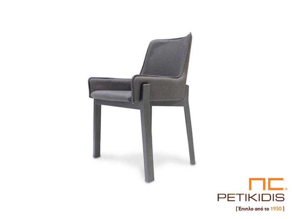 Καρέκλα Avol με αναπαυτικά μπράτσα και κάθισμα με ύφασμα σε γκρι τόνους αδιάβροχο. Η βάση είναι από μασίφ ξύλο.