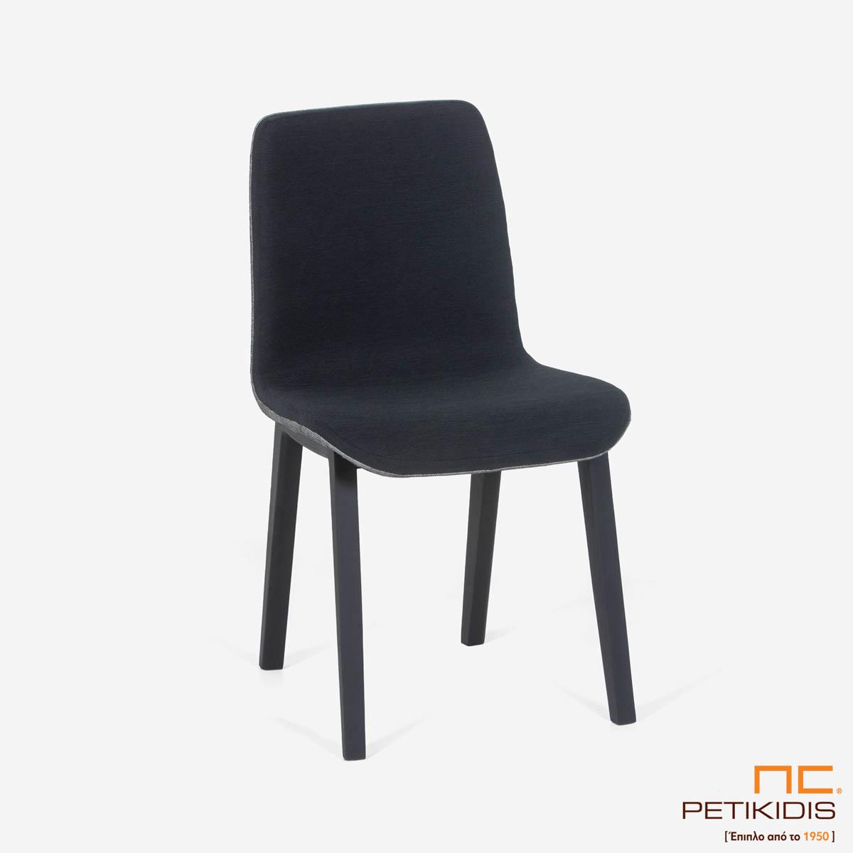 Καρέκλα Brace με ιδιαίτερο σχεδιασμό στον ξύλινο σκελετό και συνδυασμό δύο υφασμάτων σε γκρι ανοικτό και σκούρο στο κάθισμα.