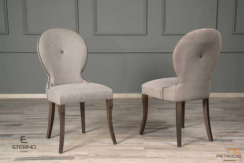 Καρέκλα Dreem σε κλασσικό σχεδιασμό. Τα πόδια σε ξύλο μασίφ δρυς και με αναπαυτική φόρμα στην πλάτη. Το κάθισμα έχει κομψές λεπτομέρειες διχρωμίας και ιδιαίτερη πινελιά το κουμπί στην πλάτη.