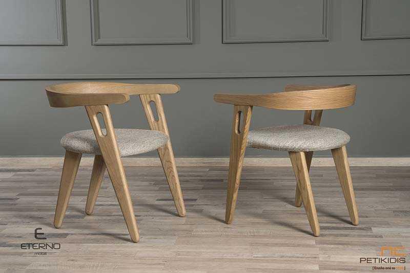 Καρέκλα Free με μασίφ ξύλο δρυς. Το υφασμάτινο μαξιλαράκι στο κάθισμα είναι σε γκρι χρώμα.Είναι κομψή με μοντέρνα σχεδίαση αλλά ταυτόχρονα απόλυτα αναπαυτική.