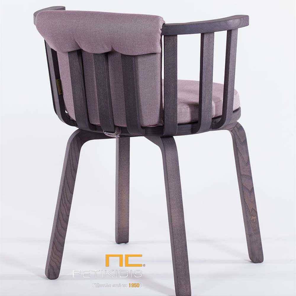 Καρεκλοπολυθρόνα Gilda με ξύλινο μασίφ σκελετό.Το μαξιλάρι στο κάθισμα και την πλάτη είναι σε γκρι χρώμα για μεγαλύτερη άνεση. Λεπτομέρεια.