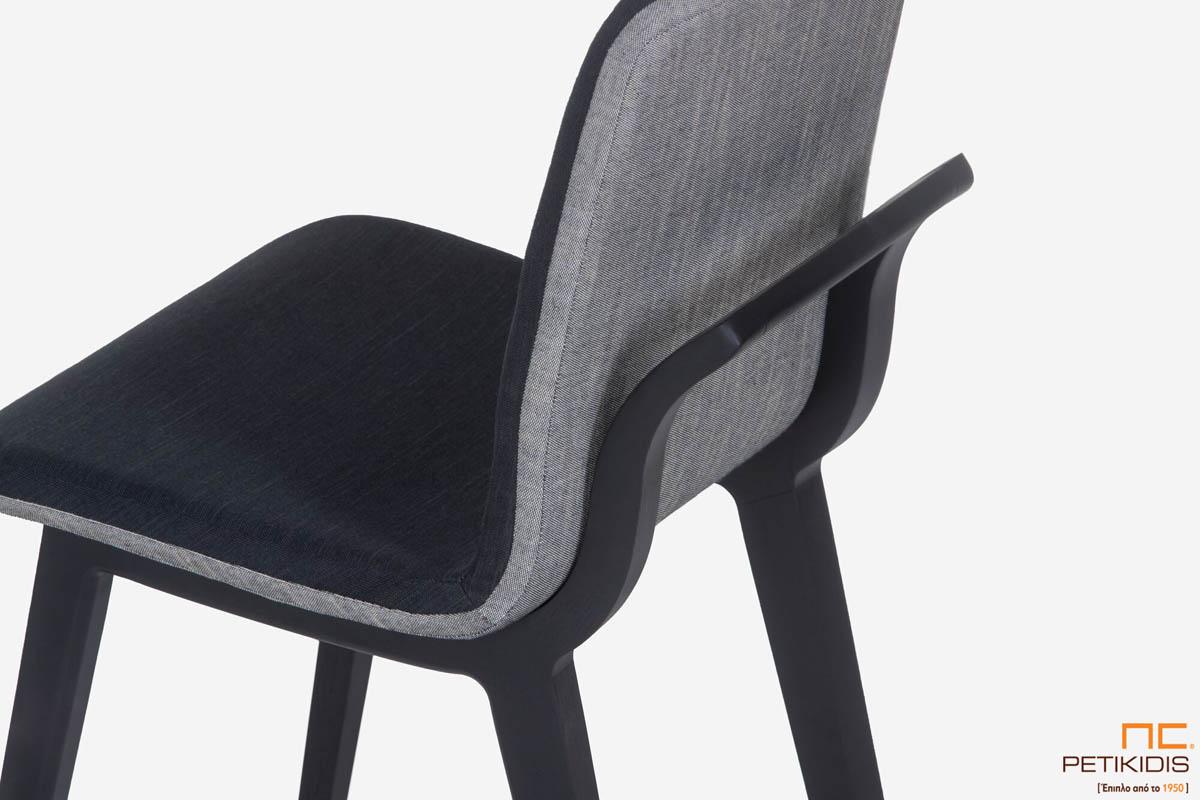 Καρέκλα Brace με ιδιαίτερο σχεδιασμό στον ξύλινο σκελετό και συνδυασμό δύο υφασμάτων σε γκρι ανοικτό και σκούρο στο κάθισμα.Λεπτομέρεια.