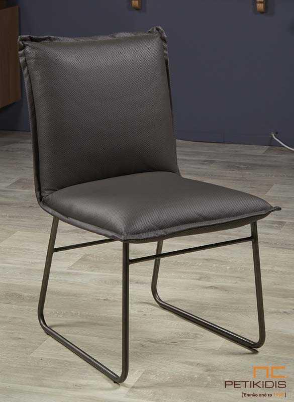 Καρέκλα Joy με τεχνόδερμα σε μαύρο χρώμα και μεταλλικά πόδια.