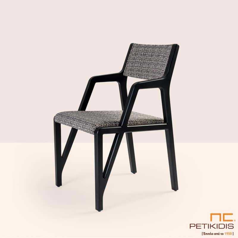 Καρεκλοπολυθρόνα Zoya με μασίφ σκελετός με στρογγυλεμένες γωνίες και ιδιαίτερο σχεδιασμό.Το υφασμάτινο μαξιλαράκι στην πλάτη και το κάθισμα είναι σε ύφασμα γκρι καρό αδιάβροχο και αλέκιαστο.
