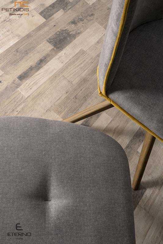Καρέκλα Libre με πόδια από δρυς μασίφ ξύλο με ιδιαίτερη καμπύλη στην πλάτη. Το ύφασμα είναι αλέκιαστο και αδιάβροχο σε χρώμα γκρι και ρέλι κίτρινο για να αντενδείκνυται ακόμα περισσότερο το σχήμα της. Λεπτομέρεια.