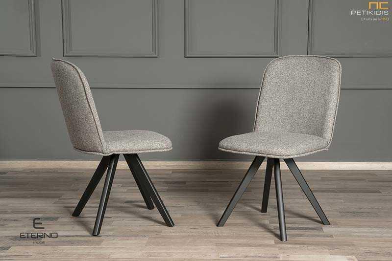 Καρέκλα Libre με πόδια από δρυς μασίφ ξύλο με ιδιαίτερη καμπύλη στην πλάτη. Το ύφασμα είναι σε χρώμα γκρι και ρέλι στην ίδια απόχρωση αλέκιαστο και αδιάβροχο.