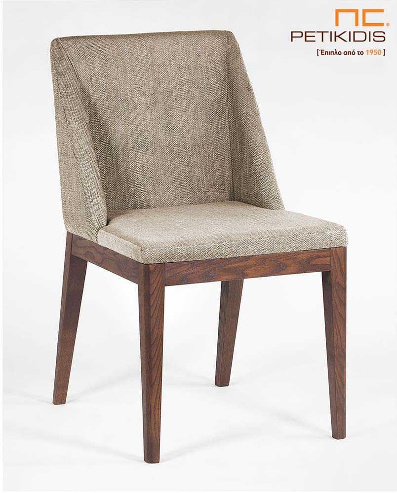 Καρέκλα Malta με μασίφ ξύλινα πόδια. Το ύφασμα στην πλάτη και στο κάθισμα είναι σε γκρι μπεζ τόνους και σχεδιασμό που αγκαλιάζει το σώμα για μεγαλύτερη άνεση.