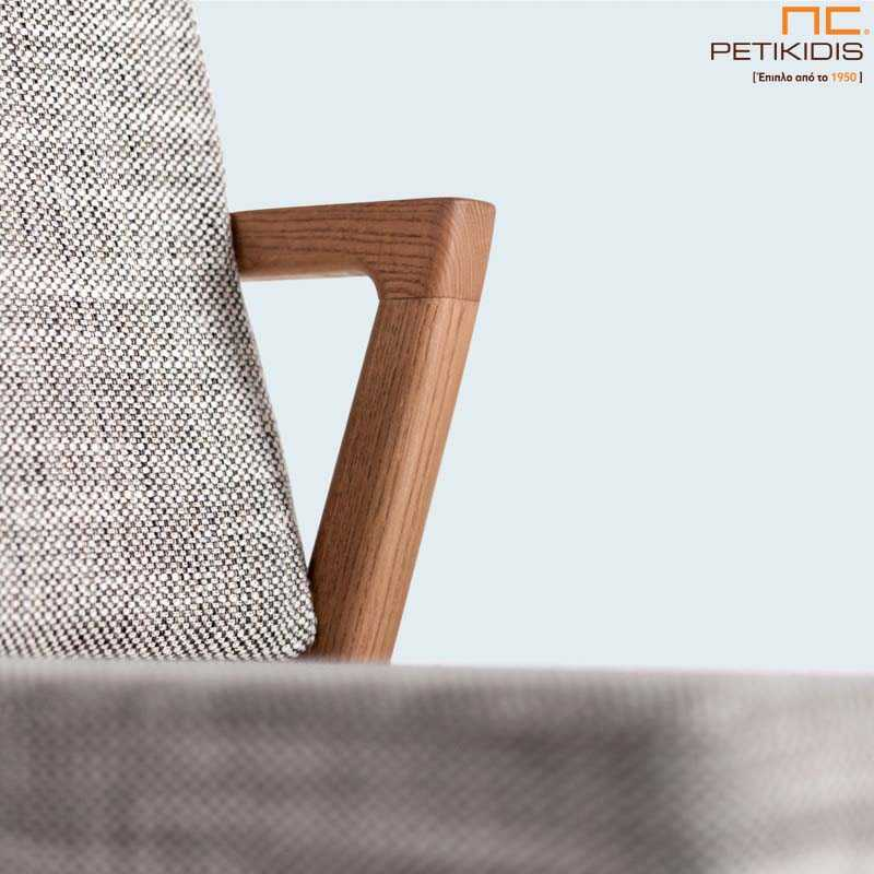 Καρέκλα mossa με ξύλινο σκελετό μασίφ οξιά και ύφασμα σε γκρι τόνους στην πλάτη και το κάθισμα. Λεπτομέρεια.