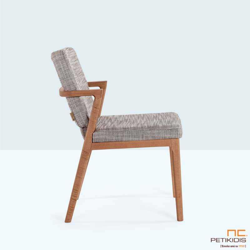 Καρέκλα Mossa με ξύλινο σκελετό από μασίφ ξύλο οξιάς και ύφασμα σε γκρι τόνους, στην πλάτη και το κάθισμα.