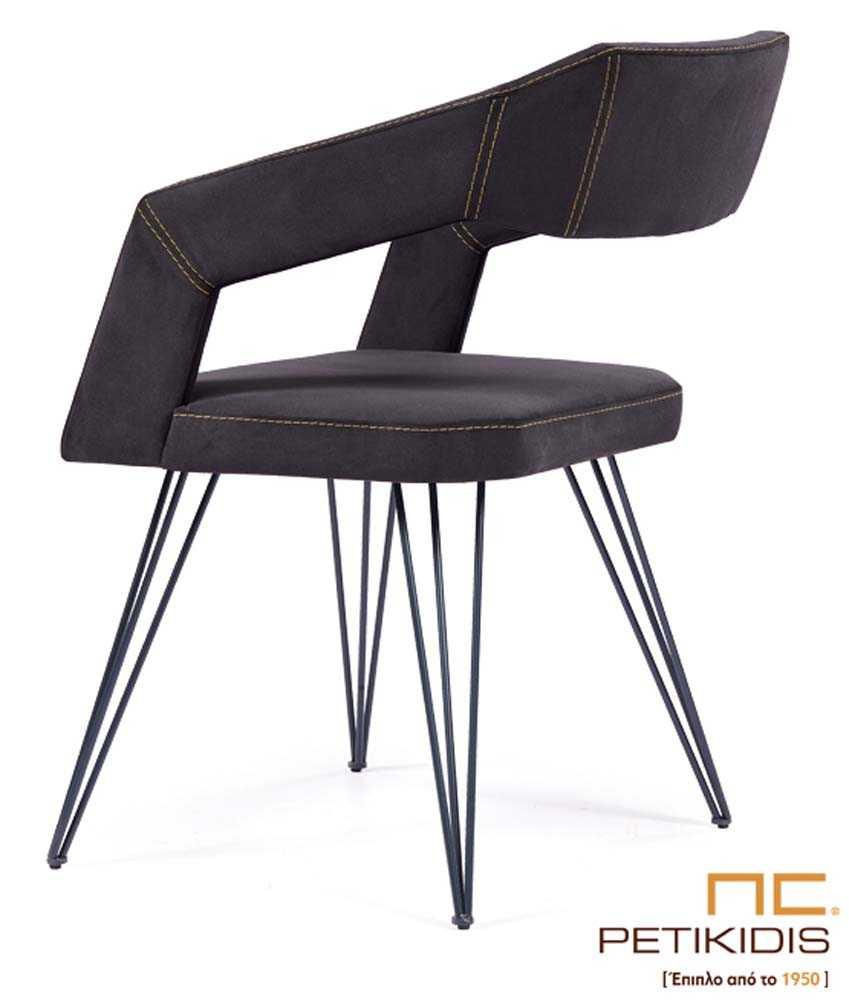 Καρεκλοπολυθρόνα Νο233. Ο σκελετός και τα πόδια είναι από μέταλλο σε μαύρο χρώμα. Το κάθισμα, η πλάτη και τα μπράτσα είναι από ύφασμα σε επίσης μαύρο χρώμα αλέκιαστο και αδιάβροχο.
