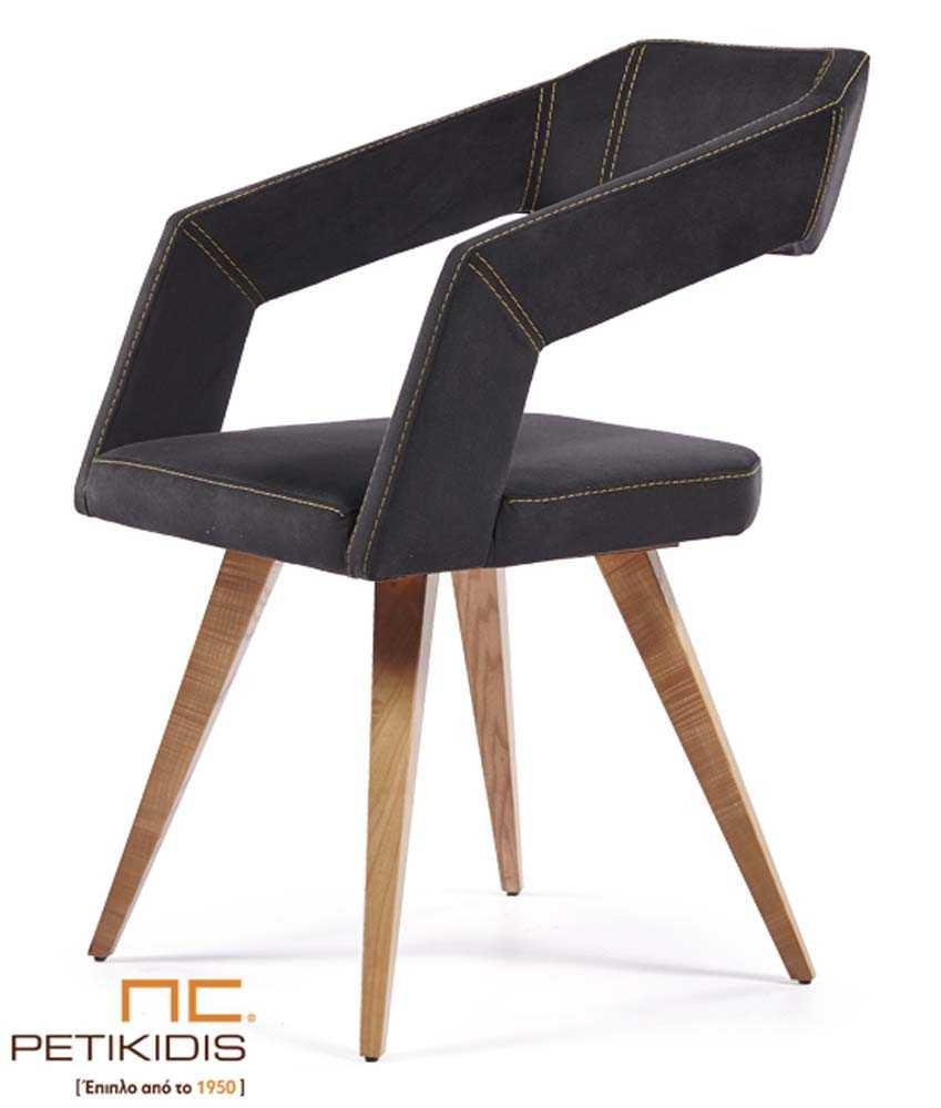 Καρεκλοπολυθρόνα Νο233 με πόδια από μασίφ ξύλο.Η πλάτη, τα μπράτσα και το κάθισμα είναι με ύφασμα σε σκούρο γκρι και διακοσμητικά ανοιχτόχρωμα γαζιά. Το ύφασμα είναι αδιάβροχο και αλέκιαστο.