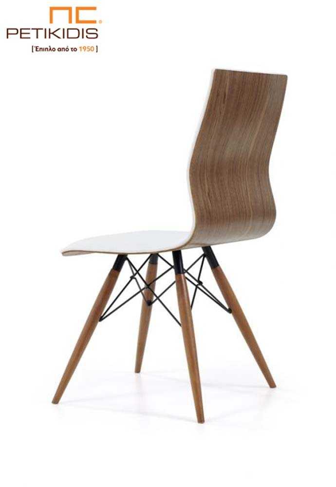 Καρέκλα Νο32 με πόδια από μασίφ ξύλο δρυς και ακτινωτές μεταλλικές λεπτομέρειες.Η πλάτη και το κάθισμα είναι ενιαία. Η εσωτερική πλευρά του καθίσματος είναι με ύφασμα σε λευκό χρώμα αλέκιαστο και αδιάβροχο ενώ η εξωτερική είναι με εμφανή ξύλο.