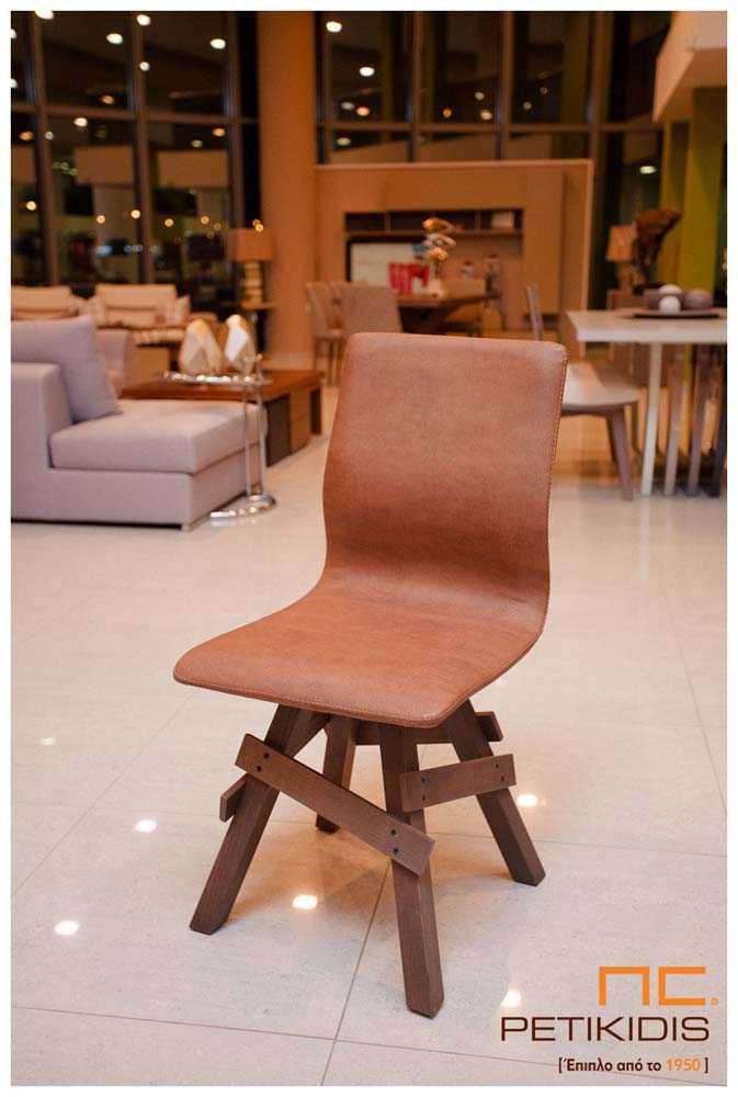 Καρέκλα Νο36 με πόδια σε ρουστίκ σχεδιασμό από μασίφ ξύλο δρυς. Η πλάτη είναι ενιαία με το κάθισμα και επενδεδυμένα με τεχνόδερμα σε καφέ αποχρώσεις.