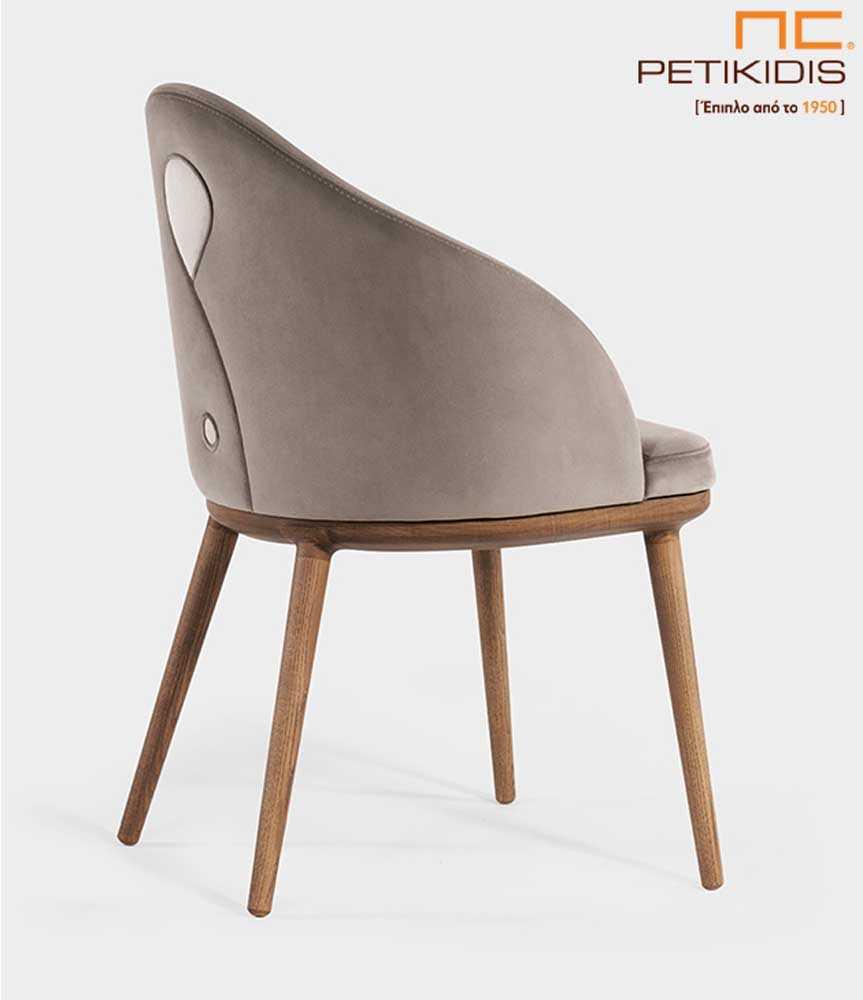 Καρέκλα Olete+ με αναπαυτικό σχεδιασμό.Διαθέτει ξύλινα μασίφ πόδια και ύφασμα στην πλάτη και το κάθισμα σε γκρι μπεζ τόνους. Ξεχωριστή είναι η λεπτομέρεια με το σχέδιο των διαφορετικών υφασμάτων στην πλάτη.