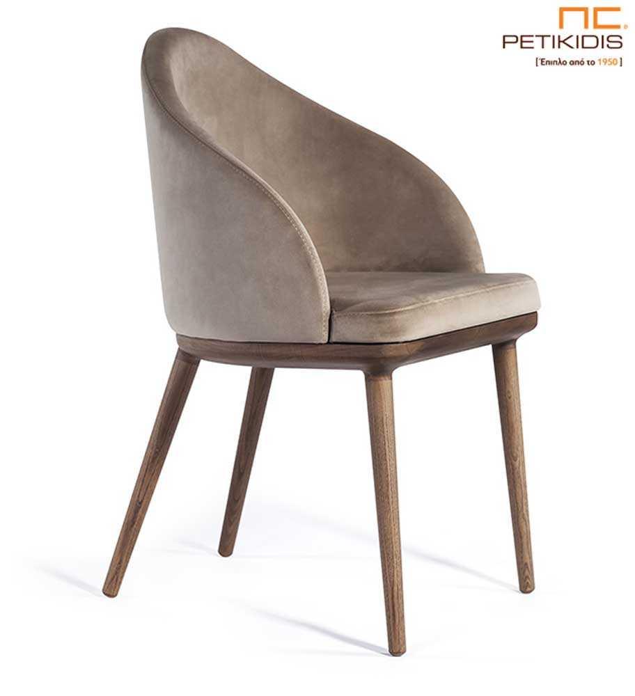 Καρέκλα Olete με αναπαυτικό σχεδιασμό.Διαθέτει ξύλινα μασίφ πόδια και ύφασμα στην πλάτη και το κάθισμα σε γκρι μπεζ τόνους.