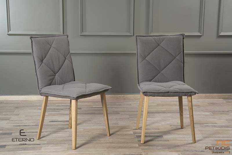 Καρέκλα Play με ξύλινα πόδια και καπιτονέ πλάτη. Το ύφασμα είναι σε γκρι απόχρωση αλέκιαστο και αδιάβροχο .