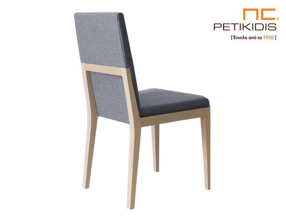 Καρέκλα Renerra με σκελετό από μασίφ οξιά.Το ύφασμα στην πλάτη και το κάθισμα είναι σε γκρι χρώμα αδιάβροχο και αλέκιαστο.Ιδιαίτερη λεπτομέρεια το διακοσμητικό ξύλο στην πλάτη. Λεπτομέρεια.