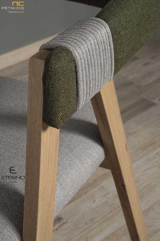 Καρεκλοπολυθρόνα Rubic με σκελετό μασίφ ξύλο δρυς. Σύγχρονος σχεδιασμός με ξεχωριστές λεπτομέρειες στα μπράτσα από λεπτομέρεια κορδόνι.Το ύφασμα είναι αδιάβροχο και αλέκιαστο στο κάθισμα και την πλάτη σε συνδυασμό γκρι και καφέ. Λεπτομέρεια.