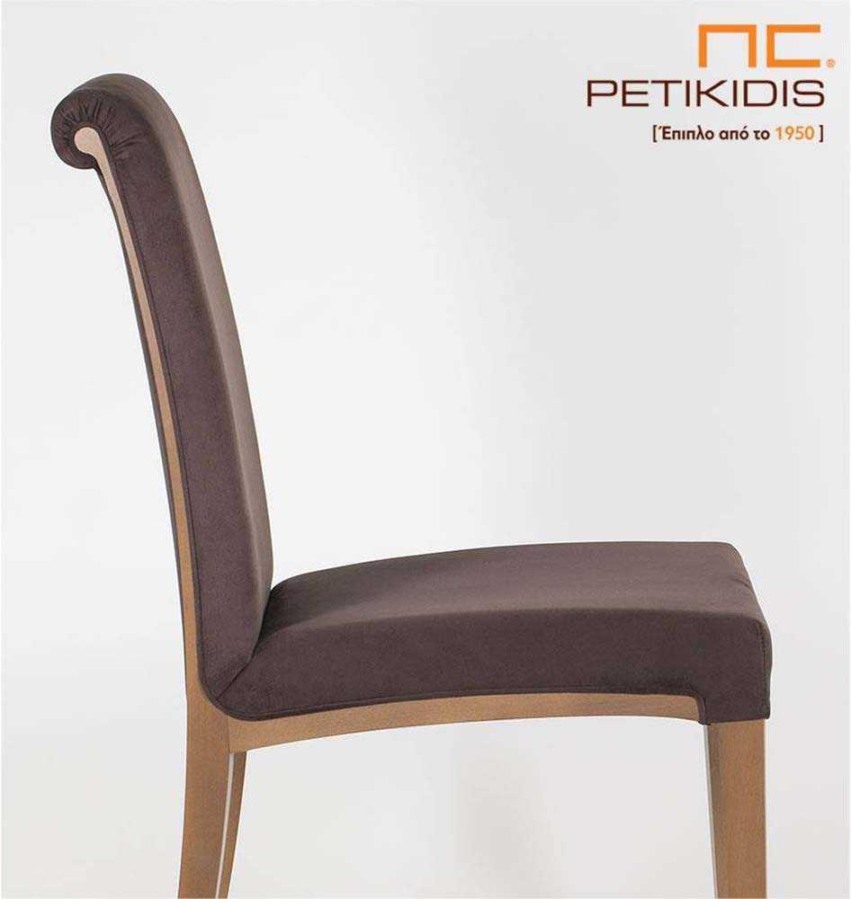 Καρέκλα Sixtina με πόδια σε μασίφ δρυς. Το ύφασμα είναι σε καφέ χρώμα αδιάβροχο και ξύλινη λεπτομέρεια στην πλάτη. Το κυλινδρικό τελείωμα της πλάτης τονίζει τον κλασσικό χαρακτήρα της καρέκλας. Λεπτομέρεια.