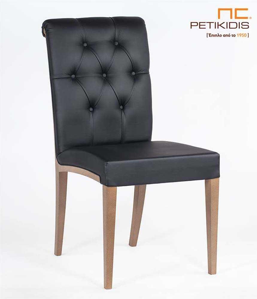 Καρέκλα Sixtina με πόδια από μασίφ δρυς και καπιτονέ πλάτη. Το τεχνόδερμα είναι σε μαύρο χρώμα.