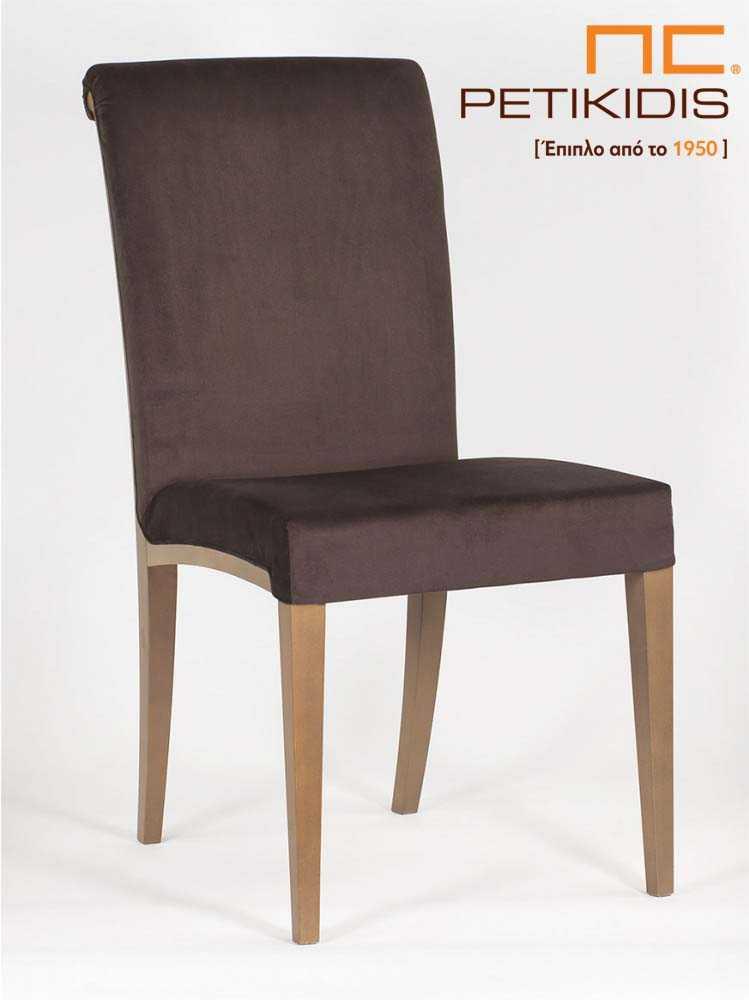 Καρέκλα Sixtina με πόδια σε μασίφ δρυς. Το ύφασμα είναι σε καφέ χρώμα αδιάβροχο και ξύλινη λεπτομέρεια στην πλάτη. Το κυλινδρικό τελείωμα της πλάτης τονίζει τον κλασσικό χαρακτήρα της καρέκλας.