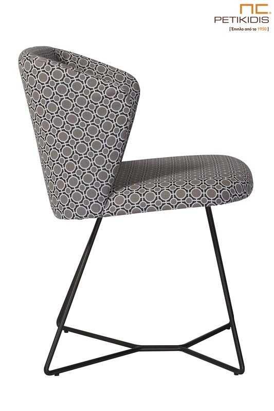 Καρέκλα Vendome με μεταλλική βάση με ηλεκτροστατική βαφή σε μαύρο χρώμα και ύφασμα με γεωμετρικά σχέδια σε γκρι τόνους. Λεπτομέρεια.