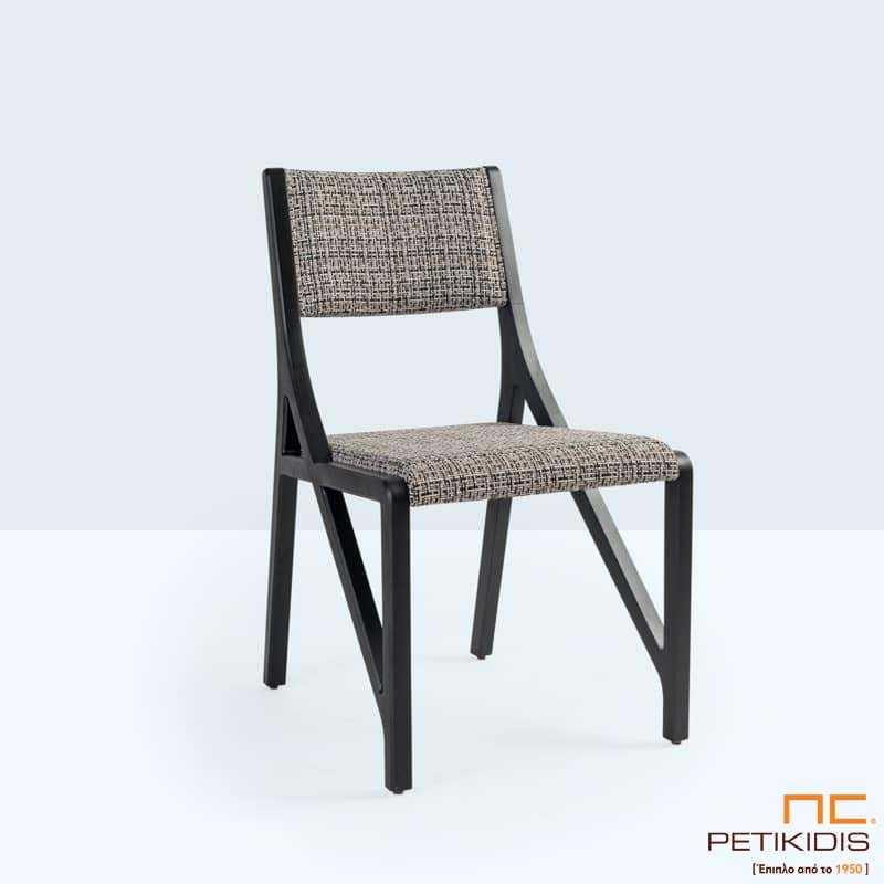 Καρέκλα Zoe με ιδιαίτερο σχεδιασμό στον μασίφ σκελετό από οξιά. Η πλάτη και το κάθισμα είναι με ύφασμα σε γκρι λεπτό καρό αδιάβροχο και αλέκιαστο.