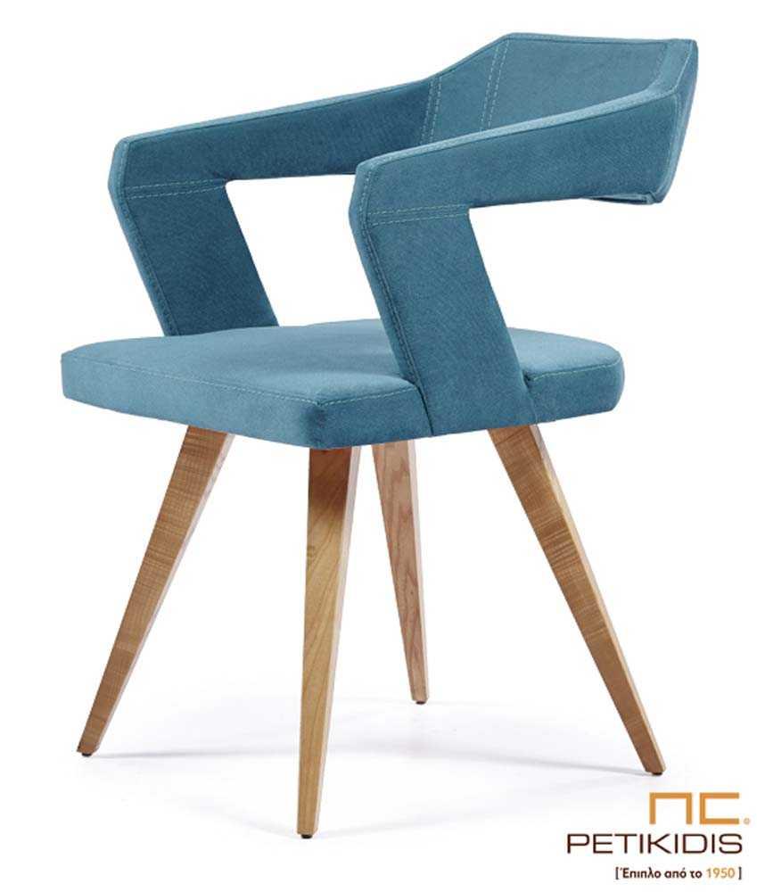 Καρέκλα Νο234 με πόδια από μασίφ ξύλο δρυς. Το κάθισμα, η πλάτη και τα μπράτσα είναι από ύφασμα σε μπλε χρώμα αδιάβροχο και αλέκιαστο.