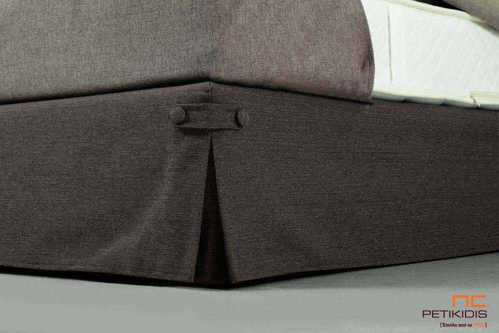 Υφασμάτινο κρεβάτι Bettina της Linea Strom σε καφέ ύφασμα μονόχρωμο και ρίγα στις μαξιλάρες του κεφαλαριού. Το ύφασμα είναι αποσπώμενο και από τη βάση και από το κεφαλάρι για εύκολο καθάρισμα. Λεπτομέρεια βάσης.