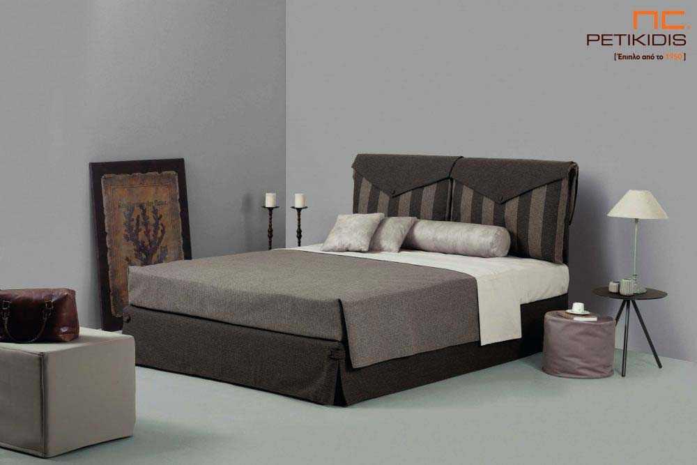 Υφασμάτινο κρεβάτι Betina της Linea Strom σε καφέ ύφασμα μονόχρωμο και ρίγα στις μαξιλάρες του κεφαλαριού. Το ύφασμα είναι αποσπώμενο και από τη βάση και από το κεφαλάρι για εύκολο καθάρισμα.