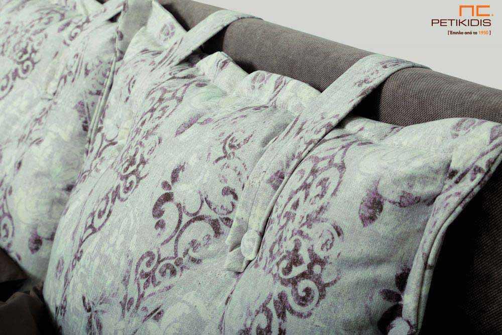 Υφασμάτινο κρεβάτι Cecil της Linea Strom σε καφέ μονόχρωμο ύφασμα και μαξιλάρες αποσπώμενες σε μπεζ καφέ λουλούδια.Το ύφασμα είναι αποσπώμενο από το κεφαλάρι. Λεπτομέρεια κεφαλαριού.