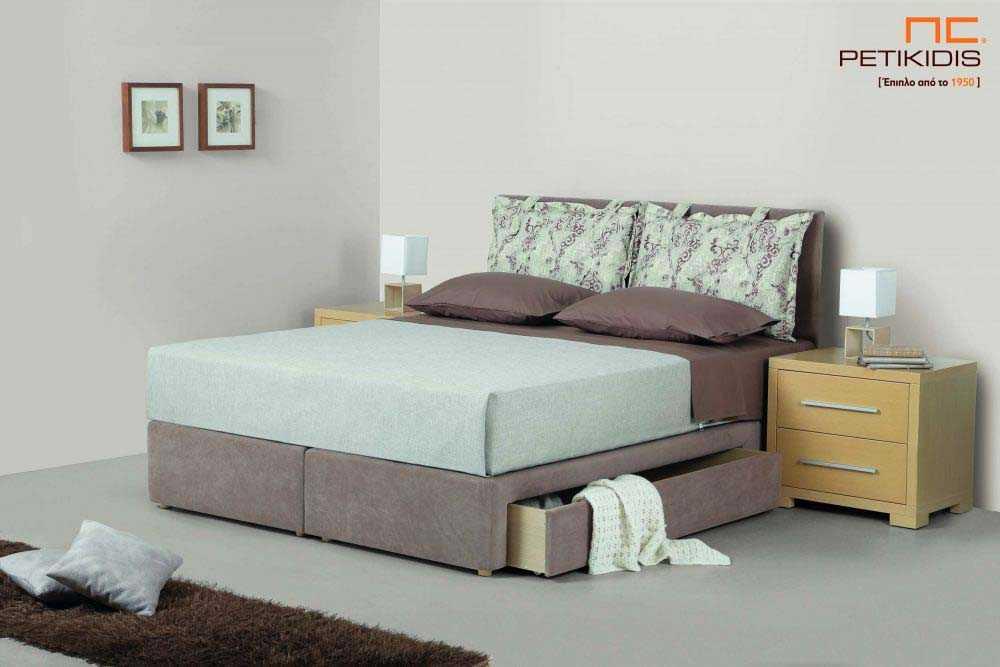 Υφασμάτινο κρεβάτι Cecil της Linea Strom σε καφέ μονόχρωμο ύφασμα και μαξιλάρες αποσπώμενες σε μπεζ καφέ λουλούδια.Το ύφασμα είναι αποσπώμενο από το κεφαλάρι. Η βάση διαθέτει συρτάρι για περισσότερο αποθηκευτικό χώρο.