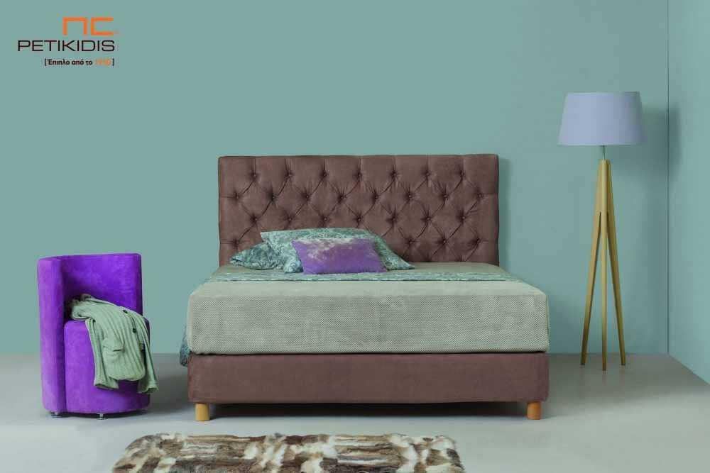 Υφασμάτινο κρεβάτι Chester της Line Strom σε καφέ αδιάβροχο και αλέκιαστο ύφασμα με καπιτονέ κεφαλάρι. Το ύφασμα έχει τη δυνατότητα να αφαιρεθεί από όλο το κρεβάτι. Κλασική αισθητική χωρίς περιορισμούς στις διαστάσεις.