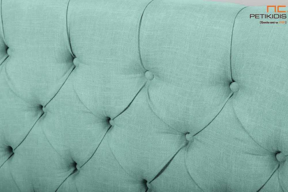 Υφασμάτινο κρεβάτι Chester της Line Strom σε τιρκουάζ αδιάβροχο και αλέκιαστο ύφασμα με καπιτονέ κεφαλάρι. Το ύφασμα έχει τη δυνατότητα να αφαιρεθεί από όλο το κρεβάτι. Κλασική αισθητική χωρίς περιορισμούς στις διαστάσεις. Λεπτομέρεια κεφαλαριού.