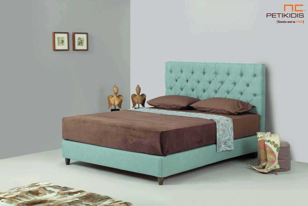 Υφασμάτινο κρεβάτι Chester της Line Strom σε τιρκουάζ αδιάβροχο και αλέκιαστο ύφασμα με καπιτονέ κεφαλάρι. Το ύφασμα έχει τη δυνατότητα να αφαιρεθεί από όλο το κρεβάτι. Κλασική αισθητική χωρίς περιορισμούς στις διαστάσεις.