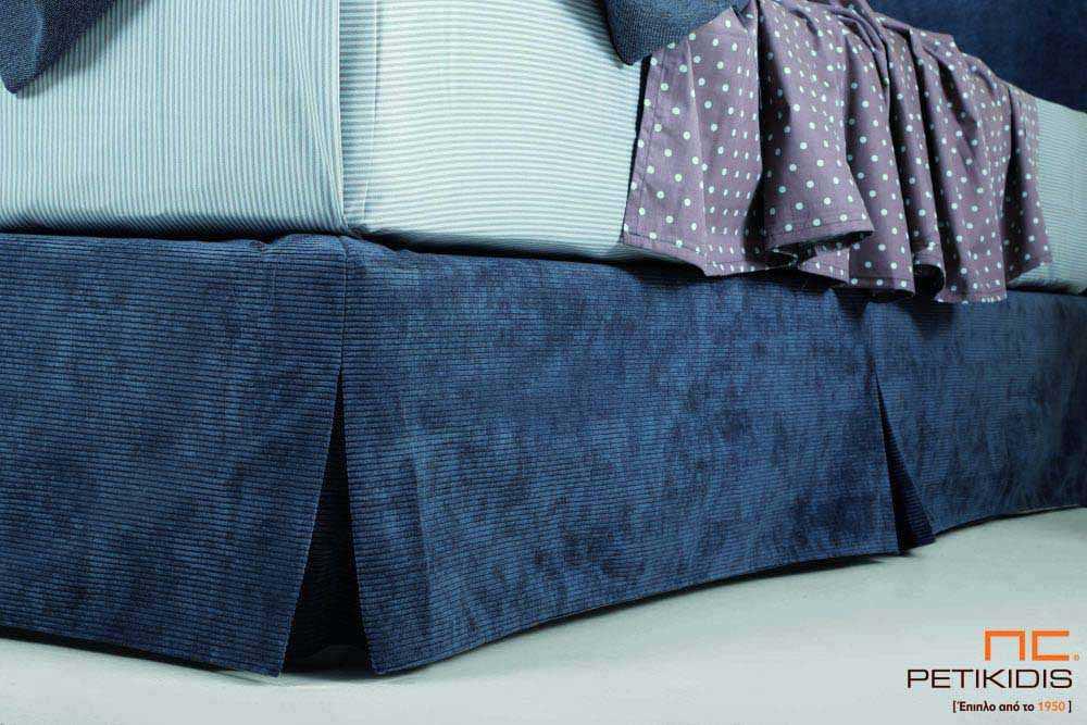 Υφασμάτινο κρεβάτι Cozy της Linea Strom σε μπλε ύφασμα μονόχρωμο.Το ύφασμα αφαιρείται από βάση και κεφαλάρι για εύκολο καθάρισμα.Λεπτομέρεια βάσης.