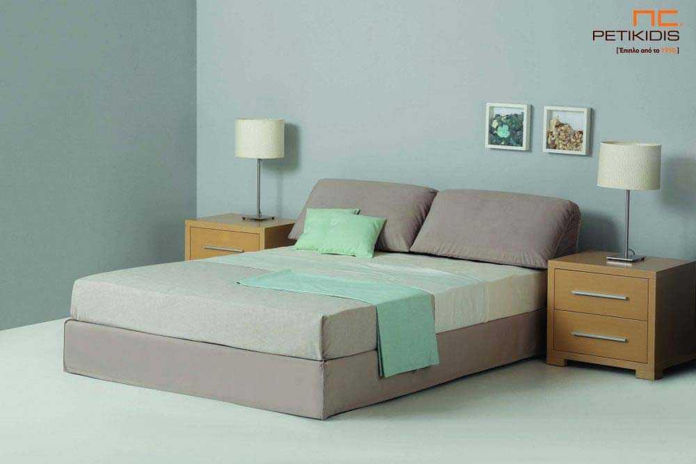 Υφασμάτινο κρεβάτι Estilo της Linea Strom σε γκρι ύφασμα μονόχρωμο αλέκιαστο και αδιάβροχο.Στο κεφαλάρι υπάρχουν μαξιλάρες με ανάκληση για μεγαλύτερη άνεση.