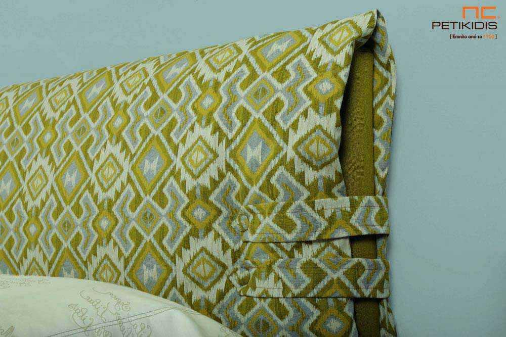 Υφασμάτινο κρεβάτι Frida της Linea Strom σε πράσινο ύφασμα μονόχρωμο αλέκιαστο και αδιάβροχο και γεωματρικά σχέδια στις μαξιλάρες του κεφαλαριού. Το ύφασμα αφαιρείται από την βάση και το κεφαλάρι για εύκολο καθάρισμα. Λεπτομέρεια μαξιλάρας.