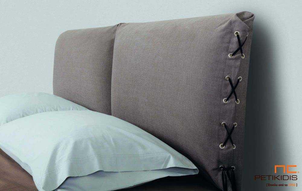 Υφασμάτινο κρεβάτι Joys της Linea Strom σε καφέ ύφασμα μονόχρωμο και λεπτομέρεια δεσίματος στις μαξιλάρες του κεφαλαριού. Το ύφασμα είναι αποσπώμενο και από τη βάση και από το κεφαλάρι για εύκολο καθάρισμα. Λεπτομέρεια μαξιλάρας..