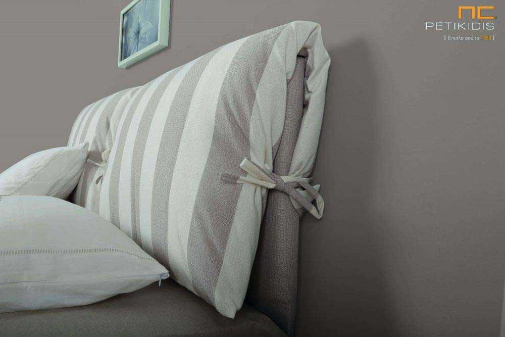 Υφασμάτινο κρεβάτι Lida της Linea Strom σε ύφασμα μπεζ μονόχρωμο αλέκιαστο και αδιάβροχο και ρίγες στις μαξιλάρες του κεφαλαριού. Το ύφασμα αφαιρείται από την βάση και το κεφαλάρι για εύκολο καθάρισμα. Λεπτομέρεια μαξιλάρας.