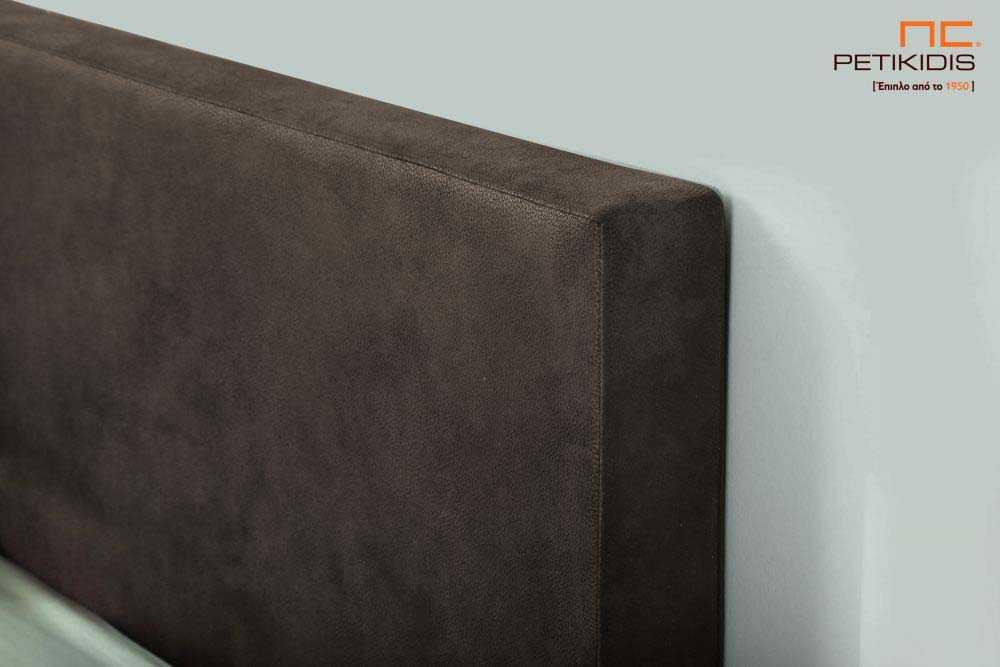 Υφασμάτινο κρεβάτι Mandi της Linea Strom σε καφέ ύφασμα μονόχρωμο αλέκιαστο και αδιάβροχο στη βάση και ρίγα στο κεφαλάρι. Το ύφασμα αφαιρείται από την βάση και το κεφαλάρι για εύκολο καθάρισμα. Λεπτομέρεια κεφαλαριού.