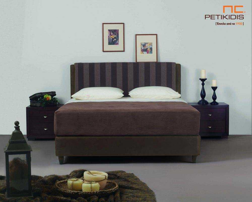 Υφασμάτινο κρεβάτι Mandi της Linea Strom σε καφέ ύφασμα μονόχρωμο αλέκιαστο και αδιάβροχο στη βάση και ρίγα στο κεφαλάρι. Το ύφασμα αφαιρείται από την βάση και το κεφαλάρι για εύκολο καθάρισμα.