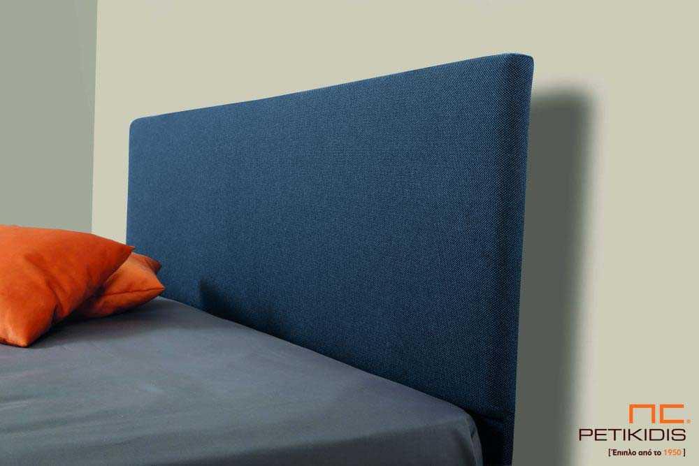 Υφασμάτινο κρεβάτι Ostria της Linea Strom σε μπλε ύφασμα μονόχρωμο αλέκιαστο και αδιάβροχο. Το ύφασμα αφαιρείται από την βάση και το κεφαλάρι για εύκολο καθάρισμα. Λεπτομέρεια κεφαλαριού.