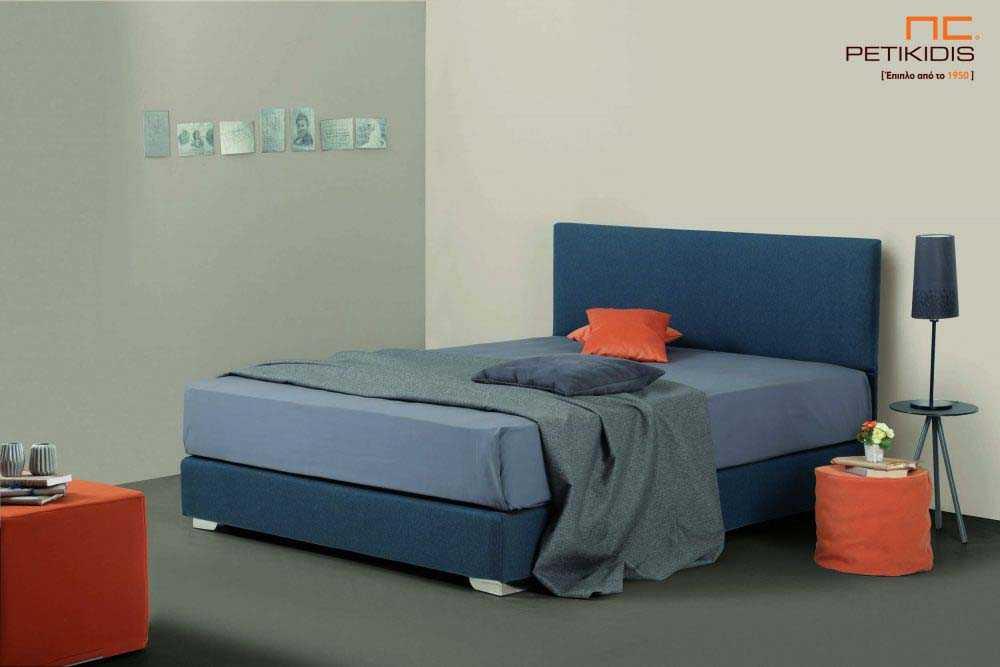 Υφασμάτινο κρεβάτι Ostria της Linea Strom σε μπλε ύφασμα μονόχρωμο αλέκιαστο και αδιάβροχο. Το ύφασμα αφαιρείται από την βάση και το κεφαλάρι για εύκολο καθάρισμα.