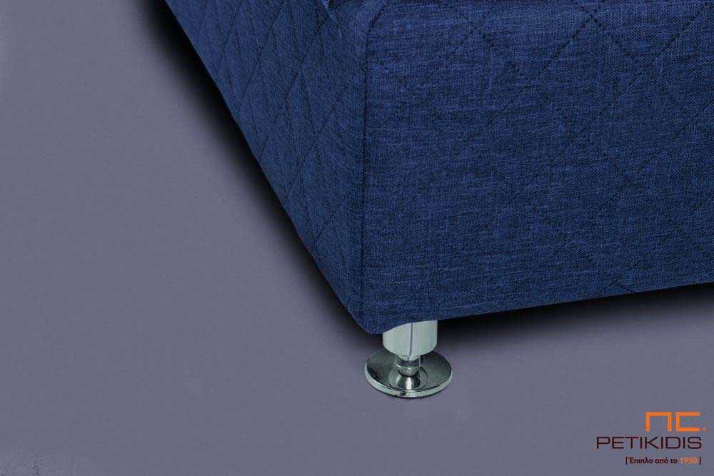 Υφασμάτινο κρεβάτι Prima της Linea Strom σε ύφασμα μονόχρωμο αλέκιαστο και αδιάβροχο καπιτονέ μπλε. Το ύφασμα αφαιρείται από την βάση και το κεφαλάρι για εύκολο καθάρισμα . Λεπτομέρεια βάσης.