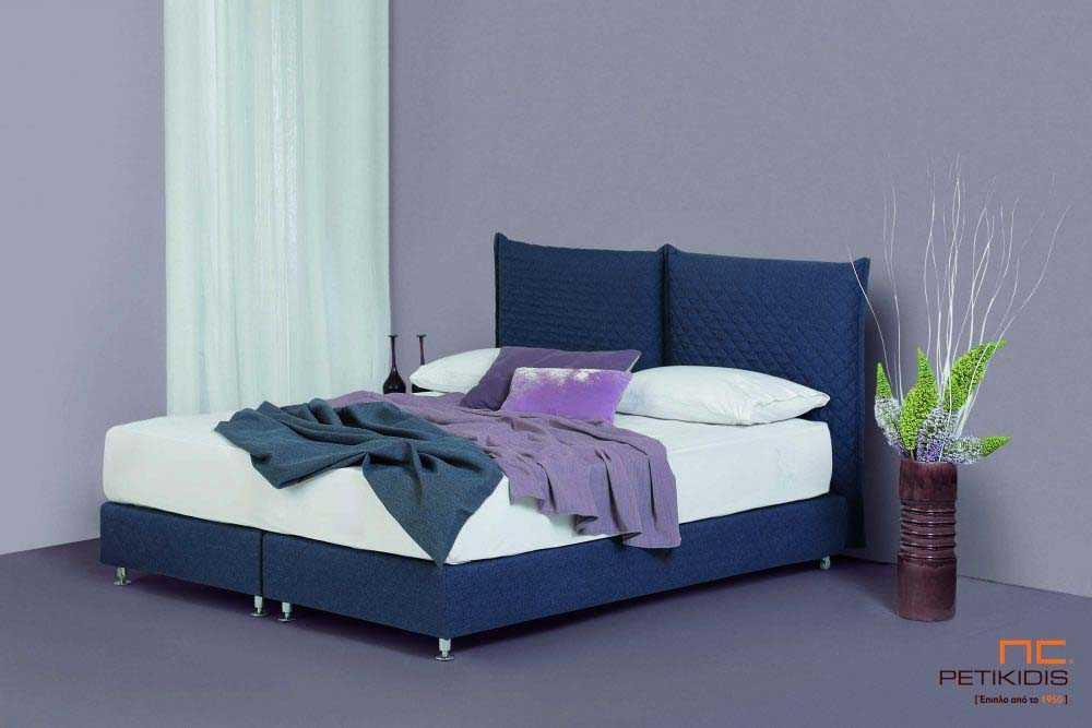 Υφασμάτινο κρεβάτι Prima της Linea Strom σε ύφασμα μονόχρωμο αλέκιαστο και αδιάβροχο καπιτονέ μπλε. Το ύφασμα αφαιρείται από την βάση και το κεφαλάρι για εύκολο καθάρισμα.