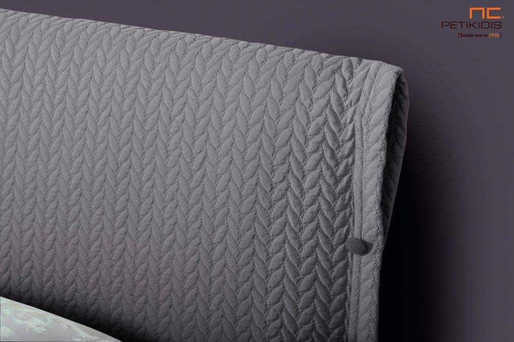 Υφασμάτινο κρεβάτι Sarina της Linea Strom σε μονόχρωμο καπιτονέ γκρι ύφασμα.Το ύφασμα είναι αποσπώμενο και από τη βάση και από το κεφαλάρι για εύκολο καθάρισμα. Λεπτομέρεια κεφαλαριού.