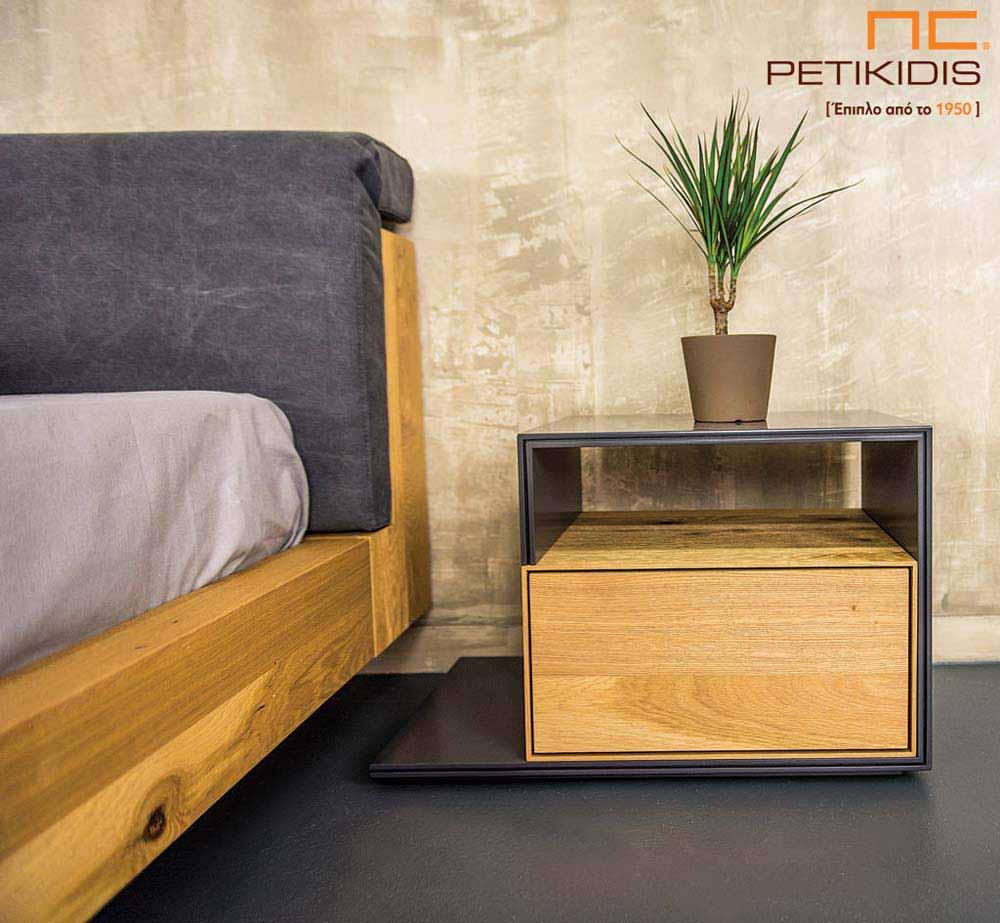 Κρεβατοκάμαρα Cube κατασκευασμένη από ξύλο δρυς ρουστίκ. Στο κεφαλάρι διαθέτει δύο μαξιλάρια με αδιάβροχο ύφασμα και μηχανισμούς πολλαπλών θέσεων για μεγαλύτερη ανάπαυση. Λεπτομέρεια πτυσσόμενου κομοδίνου.