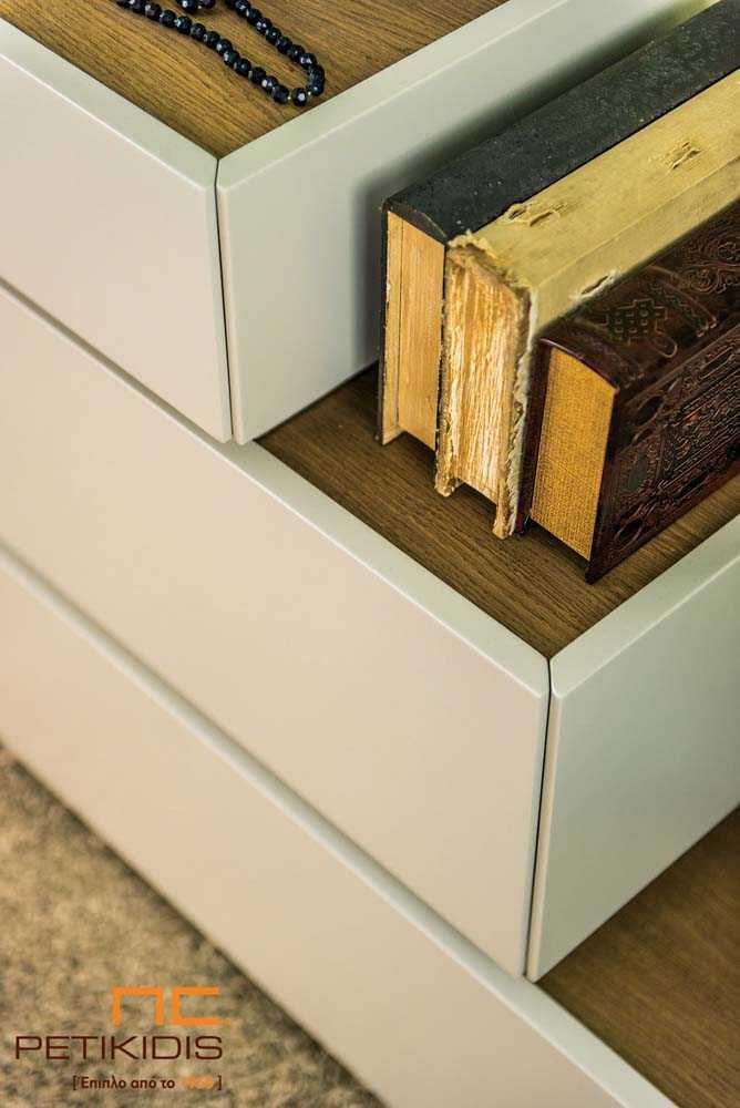 Τουαλέτα κρεβατοκάμαρας Free σε μοντέρνο ιδιαίτερο σχέδιο. Κατασκευασμένο από ξύλο δρύς και λάκα.Λεπτομέρεια.